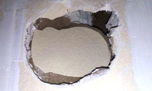 чем заделать большую дырку в стене